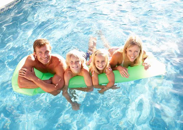 familie-im-swimmingpool